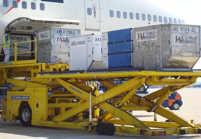 Unloading_JAL_747