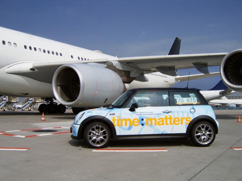 timematters-Mini-vor-Flugzeug-auf-Vorfeld-800x600